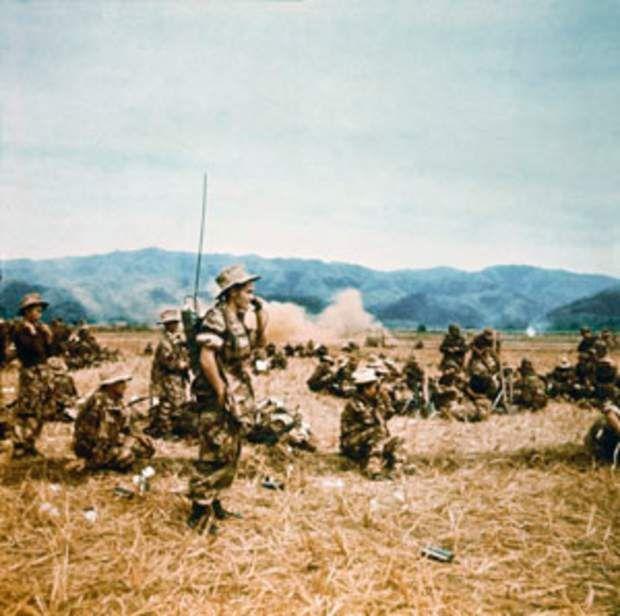"""Avec les troupes de l'opération """"Lorraine""""Du 28 octobre au 14 novembre 1952, l'armée française déclenche une opération de grande envergure, nom de code : """"Lorraine"""". Il s'agit d'une manœuvre de diversion dont l'objectif était de détourner les forces Viet Minh de Na San, en les attirant entre le fleuve Rouge et la rivière Claire, en pays thaï. Willy Rizzo suit cette campagne, photographiant le travail des troupes sur le terrain, comme ici le colonel Moneglia, qui installe un relais radio."""