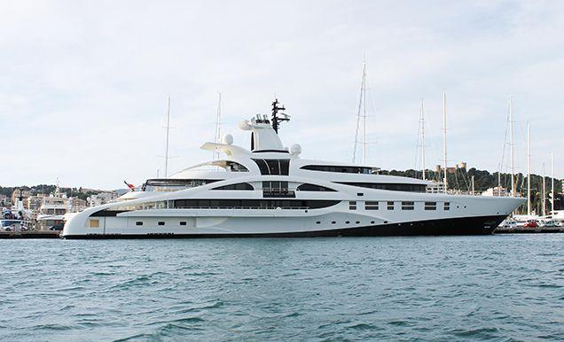 El moderno megayate permanece atracado en los muelles del Club de Mar Mallorca desde el miércoles.