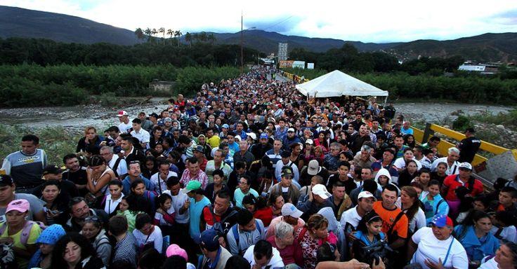 20160717 - Venezuelanos cruzam ponte na fronteira com a Colômbia para comprar mantimentos, produtos de primeira necessidade e remédios  Imagem: George Castellano/AFP