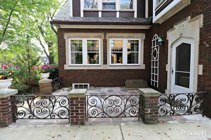 1811 W Moss Ave Peoria Il 61606 Mls Pa1216469 Zillow Italian Farmhouse Tudor Style Homes Old Houses For Sale