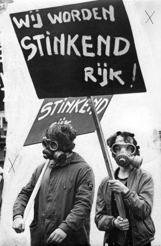 Rob Mieremet | Demonstratie tegen luchtvervuiling, Aktie Strohalm, Amsterdam. Demonstranten  met gasmaskers en borden met de tekst  'Wij worden stinkend rijk'. 24 oktober  1970.