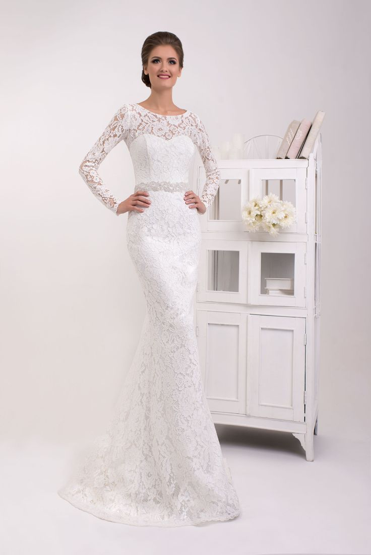 Krásne čipkované svadobné šaty v štýle morská panna zdobené opaskom