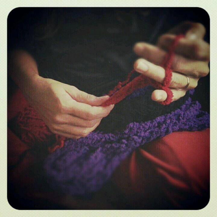 Tejiendo con los dedos.  Cuenta una vieja leyenda china que...  Un hilo rojo, invisible conecta a aquellos que están  destinados a encontrarse, a pesar del tiempo, del lugar,  a pesar de las circunstancias.  El hilo puede tensarse o enredarse pero nunca podrá romperse...