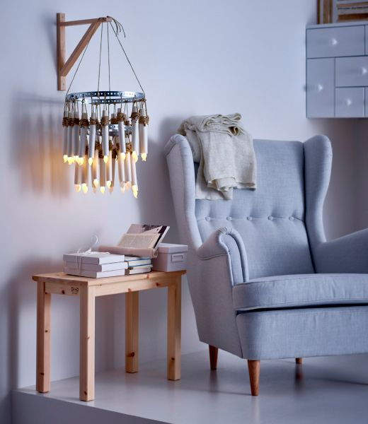 Dekoratívny luster vytvorený z LED sviečok IKEA STÖPEN zavesených na kovovej obruči.