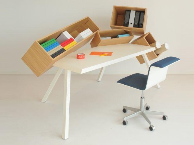 Si tratta di una scrivania dinamica, basata sul concetto di ordine-disordine a cui si incastrano in modo casuale quattro scatole, realizzate con impiallacciato rovere oliato, di diverse dimensioni.