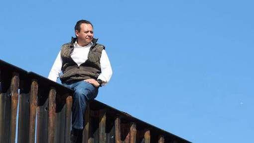 Dit Mexicaanse parlementslid Braulio Guerra toont zijn protest over de muur tussen Mexico en de VS op een uitzonderlijke manier. Het is gebruikelijk dat parlementsleden in de aanval gaan door te debatteren maar deze man uit zijn protest door op een stukje muur te kruipen dat zich bevindt tussen Mexico en de VS om aan te tonen hoe dom het idee van Trump wel niet is.Braulio vindt dat buren er zijn om de relaties tussen elkaar te verbeteren en elkaar te helpen,ik kan hiermee alleen maar…