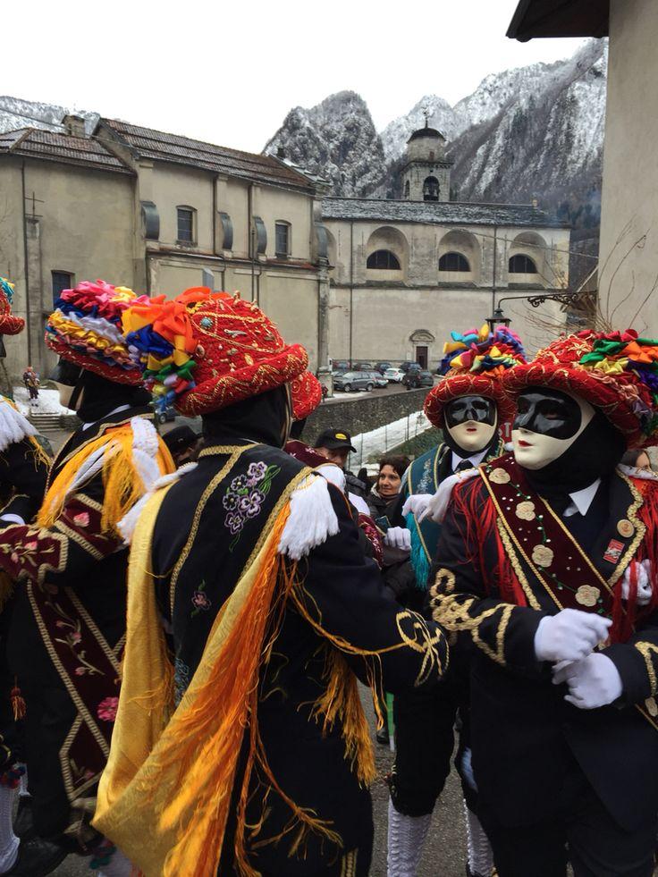 Carnevale di Bagolino i balarì e sullo sfondo la cattedrale di San Girgio