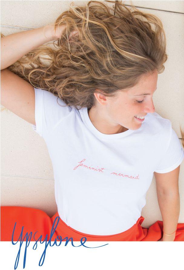 """T-shirt en coton brodé  ---------------------------------------------  Collection Alessandra, esprit féministe aquatique.  Brodé main en petite série. Manches roulées et cousues avec détail """"X"""" et  """"Y"""". Encolure ronde bord-côte. Coupe droite unisexe, à porter légèrement  oversize.  T-shirt en coton bio certifié équitable (Fair Wear Foundation).Imaginé et  brodé à la main à Paris et petite série.    ---------------------------------------------  Choisissez une taille en dessous, par exemple…"""