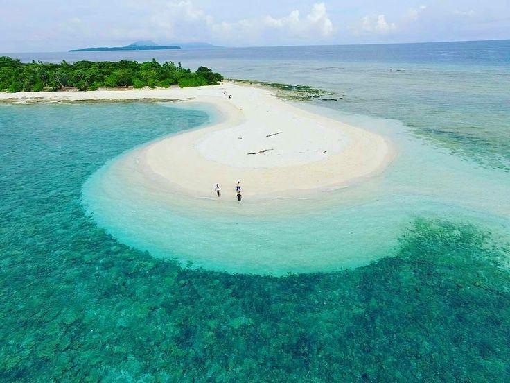 Sebagai salah satu destinasi wisata di Kepulauan Banda, Pulau Nailaka sangat cocok untuk #SobatJalan yang ingin menikmati pesona pantai yang sepi. Air pantai yang ada disini sangat jernih dan belum terkena polusi. Pasir pantainya pun berwarna putih hingga memancarkan warna hijau pada airnya ketika dilihat dari jarak yang jauh.  Penasaran dengan pulau cantik ini?? . . Location : Pulau Nailaka, Kepulauan Banda, Maluku Tengah. Photo by : @vanboften . . #bandaneira #pulaunailaka #gunungapibanda