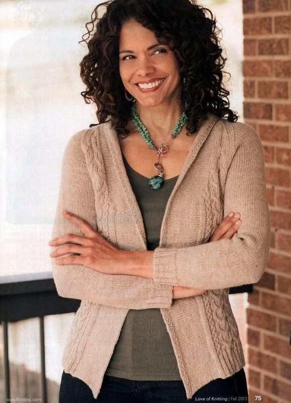 Жакет бежевого цвета с узором из кос связан спицами. Универсальная модель в городском стиле