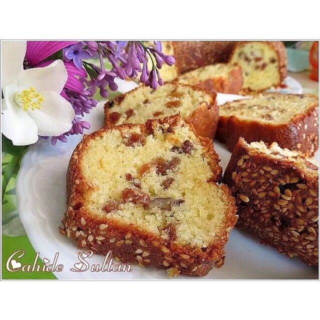 Selamun aleykum, Püf noktalarıyla beraber üzümlü pastane keki tarifi yine arşivden. Çok nefis bir tarif: ✔️Üzümlü kekte hamur çok cıvık olmayacak. Ama sıvıyağla yaptığımız kekin hamuru katıca olursa kekte sert olur. O halde tereyağı kullanmak en doğrusu. ✔️Üzümler kesinlikle ıslatılmayacak veya yıkanıp kurulanmış olacak. ✔️İri üzümler ağır olmaması için ikiye bölünecek ✔️Süt yerine yoğurt kullanılacak Bu hamuru muffin kalıplarında veya kağıt kek kapsüllerinde yaparsanız çok daha çabuk…