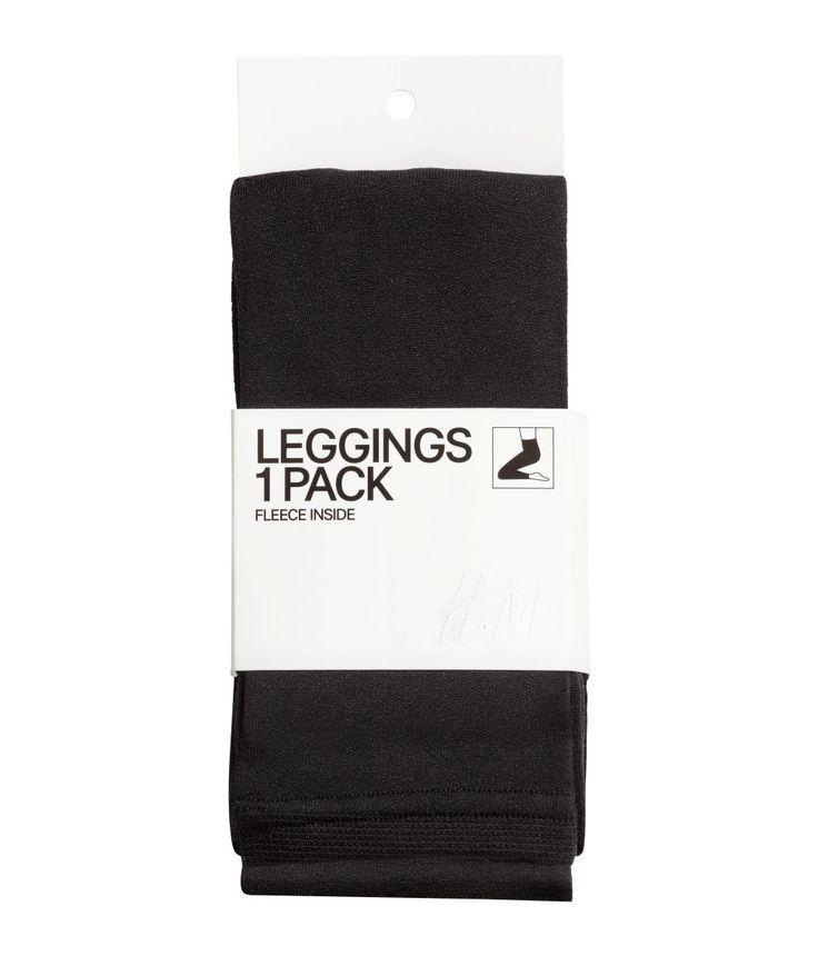 Zwart. Een ondoorzichtige legging met zacht fleece aan de binnenkant. De legging heeft elastiek in de taille en onder aan de pijpen.