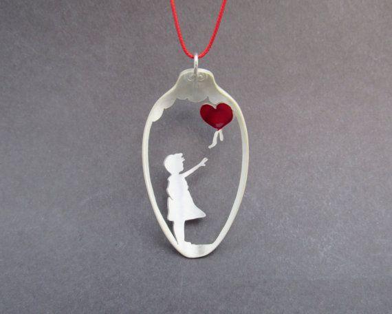 Collana fatta a mano, collana di cucchiaio di Graffiti Street Art Banksy, rosso palloncino, regalo fatto a mano per cognata, Upcycled gioielli, regalo per lei
