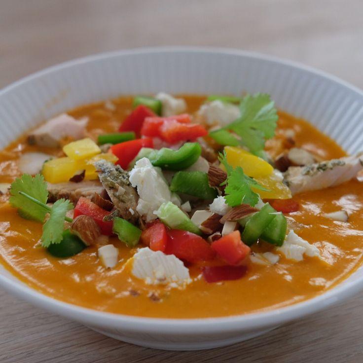 Tomatsuppe med kokosmælk, koriander, chili og paprika. Toppet med peberfrugt, kylling, feta, koriander og mandler.