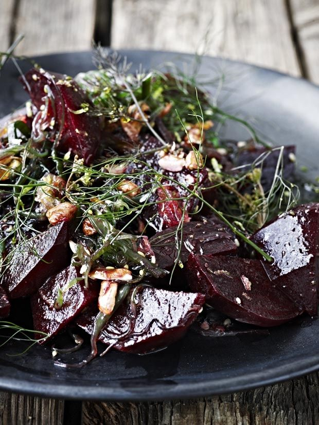 Grov salat af rødbeder med tang, jordnødder, lime og bronzefennikel