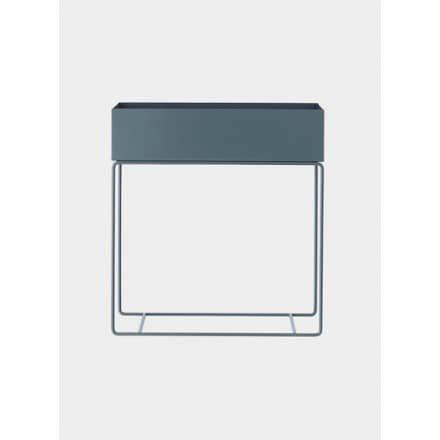Ferm Living Plant Box Large - Dark GreyDieses elegante und zeitlose Gefäß auf den zierlichen und dünnen Beinen aus pulverbeschichtetem Metall kann für alles von Pflanzen über Bücher bis hin zum Kinderspielzeug im ganzen Haus eingesetzt werden. Sie können es sogar als Raumteiler nutzen, um kleine ruhige Inseln oder gemütliche Ecken in größeren Räumen einzurichten. Ferm Living Art.-Nr.: 3233Farbe: DunkelgrauGröße: B: 60 x H: 65 x T: 25 cmMaterial: Pulverbeschichtetes MetallPflegehinweise…