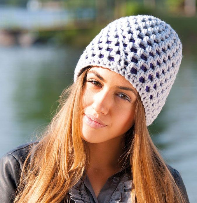 Le bonnet réversible est parfait pour ceux qui n'arrivent pas à choisir entre deux couleurs. Particulièrement chaud, il laisse entrevoir la couleur intérieur par ses mailles.