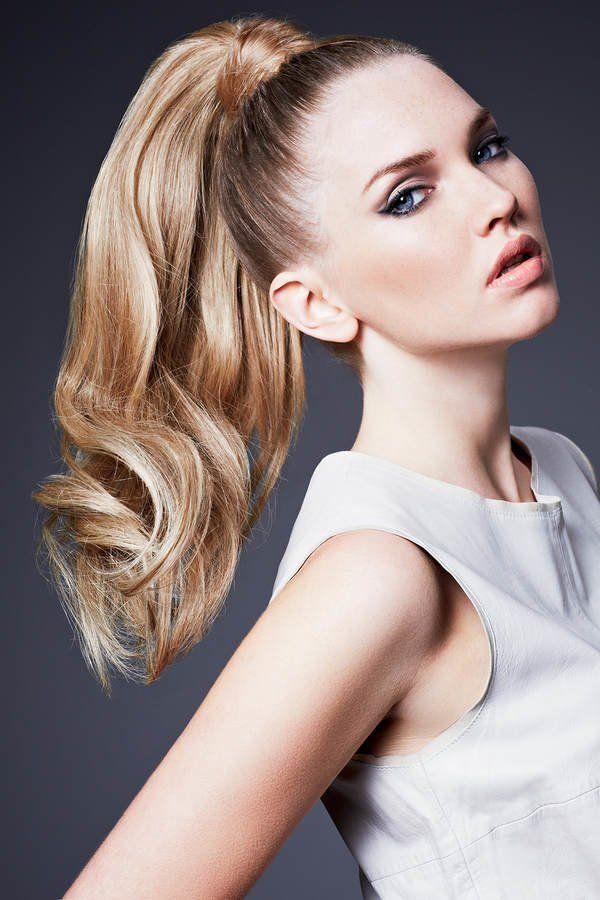 Ein hoher Pferdeschwanz am Oberkopf gebunden: Dieser hohe Ponytail mit Haarteil - setzt auf Fake und sorgt so sogar bei dünnem Haar für einen tollen, vollenPferdeschwanz. Wir erklären euch gerne, wie ihr diesen Look nachstylen könnt.Im nächsten Bild seht ihr eine einfache Anleitung, wie ihr ganz leicht den hohen Pferdeschwanz nachstylen könnt. Wer dickes Haar hat, der muss natürlich kein unechtes Haarteil für eine schöne Volumen-Optik verwenden.Mehr Frisuren hier