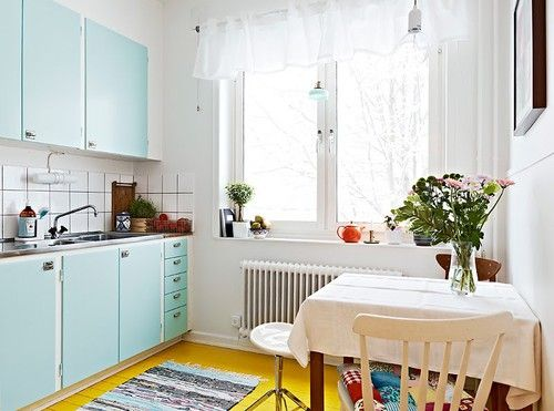 Målat golv: Cabinets Colors, Apartment Kitchens, Blue Doors, Little Kitchens, Blue Kitchens, Concrete Floors, Yellow Floors, Paintings Floors, Kitchens Doors