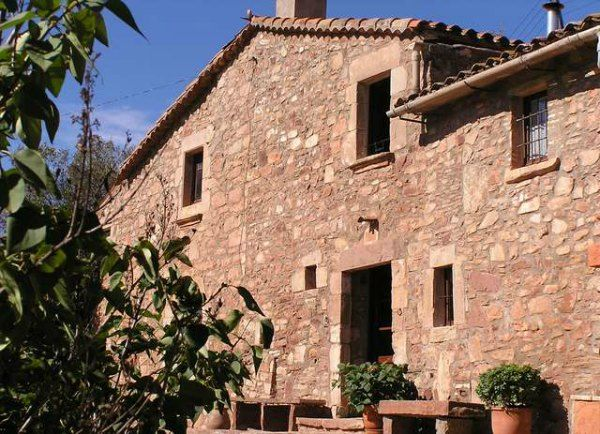 One of the last vestiges of Marina de Port's rural past is the existence of la Masia de Can Mestres - the only remaining traditional Catalan farmhouse inside Barcelona city limits.
