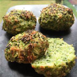 Jeg har tidligere delt min opskrift på nogle vildt gode - og grønne proteinboller med broccoli, der kun indeholder 60 kcal stykket og i særdeleshed er low carb. Opskriften har været den mest populære i blandt alle mine opskrifter på Sydhavnsmor.dk. Og derfor tænkte jeg, at jeg måske skulle....