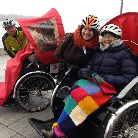 Livsglede, aktivitet og hjertelige møter mellom mennesker. Gjennom 'Sammen på sykkel' får eldre og andre med nedsatt funksjonsevne komme seg ut i sitt nærmiljø. Det er med stor glede vi meddeler at vi har inngått partnerskap med 'Sammen på sykkel', noe som blant annet betyr at alle våre medlemmer får tilbud om en fullfinansiert elektrisk sykkel-rickshaw. :) #sammenpåsykkel #folkehelse #livsglede #sykkel #frivillighet #helsefremmendelokalsamfunn #sunnekommuner #sammenpasykkel #suseravgarde…