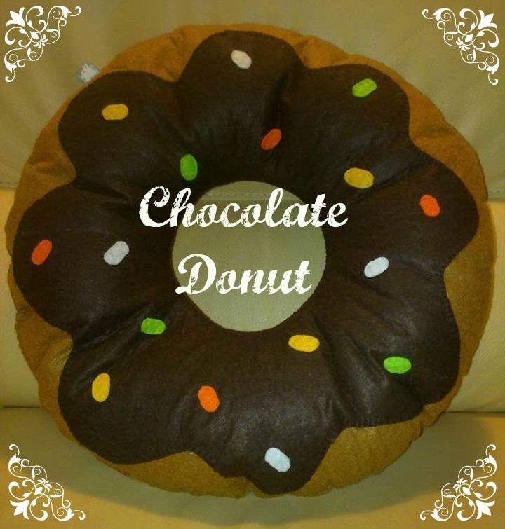 cuscino biscotto a forma di donut al cioccolato