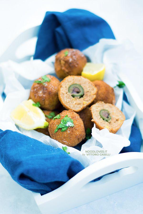 Olive ripiene in crocchette di tonno un finger food goloso e divertente, da personalizzare in mille modi!  La ricetta su http://noodloves.it/olive-ripiene-in-crocchette/  #OliveRipiene #OliveAscolane #Crocchette #Olive #CrocchettediTonno #Antipasto #FingerFood #Buffet #MenudiNatale #Ricette #AntipastidiPesce #Polpette #Aperitivo