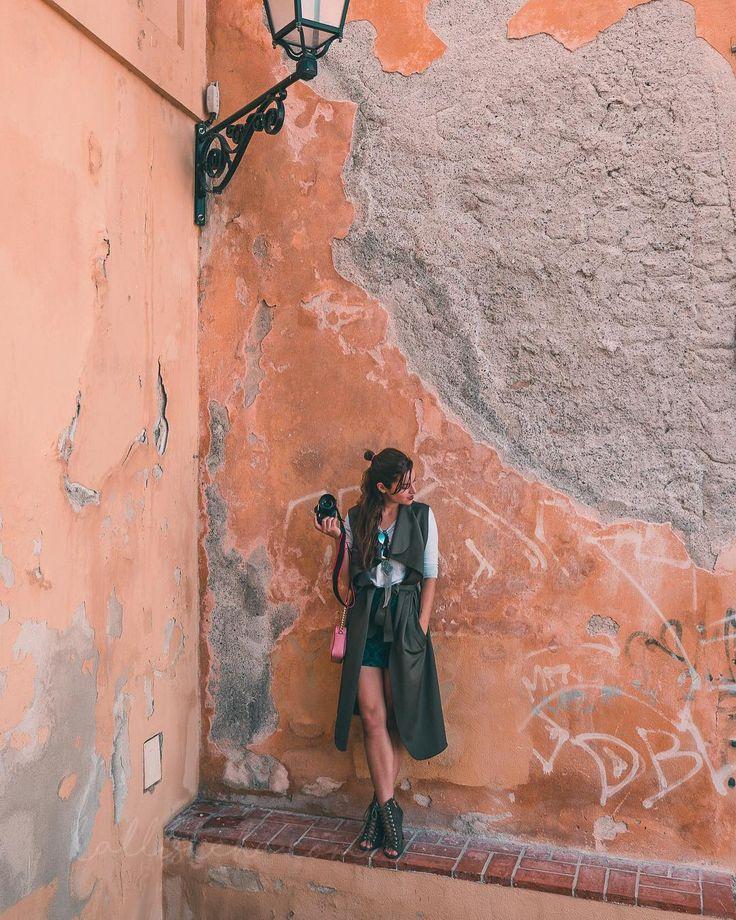 URBAIN. J'adore les murs usés par le temps ! Ils en ont des choses a dire... Cette photo est tirée de l'article de demain ! Savez-vous où je vous emmène ? ___________ #fashionmedia #fashiondistrict #fashionicon #streetstyle #tenuedujour #selfiemode #tenue #streetstyles #newblogpost #richlife #frenchrivieraconnect #luxurytravel #luxurystyle #cotedazur #frenchriviera  #france #cotedazurtourisme