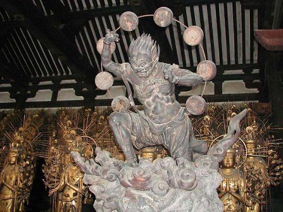 大部分は鎌倉復興期の作だが、建長元年(1249)の火災の際、救い出された平安期の像も124体含れる。また、その他に室町時代に追加された像が1体だけあるという。 平安時代の像は作者不明だが、鎌倉復興像は200数10体に作者銘があり、湛慶(運慶の嫡男・運慶、快慶とならぶ)を初めとする当