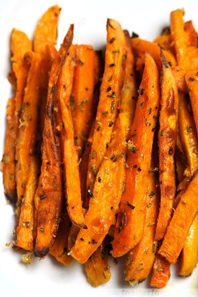 Geröstete Süßkartoffel-Stifte mit Rosmarin und Parmesan