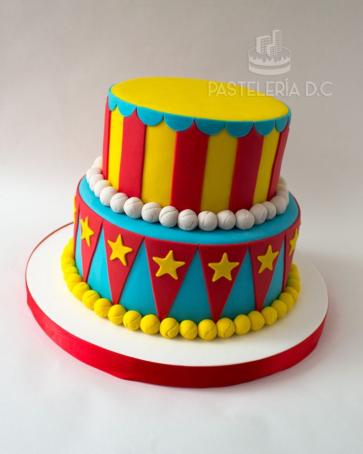 Torta sencilla para una fiesta con temática de circo o feria. El cliente ponía los toppers / Simple circus or fair cake. The customer completed the design with some toys.