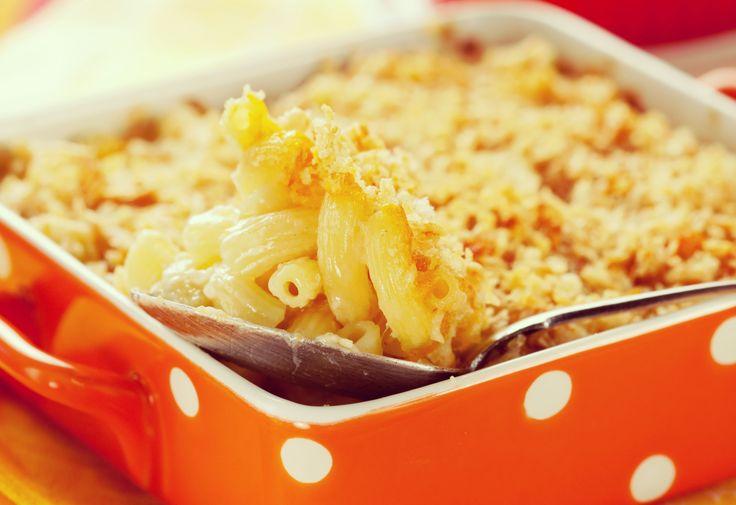 Een 'good old-fashioned' Mac & Cheese of te macaroni met kaassaus, blokjes ham en erwtjes!
