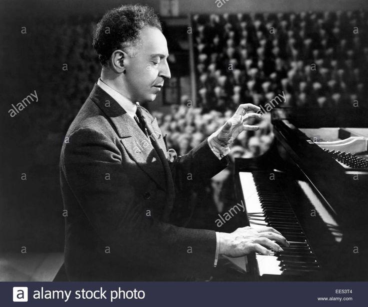 arthur-rubinstein-on-set-of-the-musical-film-follow-the-boys-1944-EE53T4.jpg (Obraz JPEG, 1300×1087pikseli) - Skala (56%)
