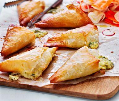 Västerbottensost är mångas favorit! Testa att laga till trekanter av Västerbottensosten, cottage cheese, ägg, bladpersilja, filodeg och smör. Resultatet blir riktigt smarriga små knyten fulla av smak!