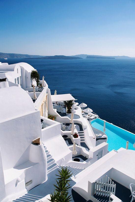 Pourquoi ne pas donner un coup de main à la Grèce en y passant ses vacances - Santorin et ses maisons blanches