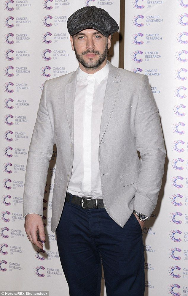 Shayne Ward rescues a four-year-old girl from an upturned vehicle #dailymail