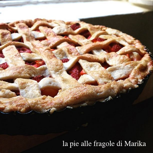 E questa è la pie di fragole fatta da Marika. Sempre la stessa pie (quella di pagina 148) e sempre la stessa Marika (quella del negozio di cose belle a Modena) della foto precedente: appena uscita dal forno, però! (la pie, non Marika...)  #quifragoleamerenda