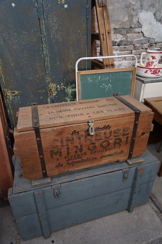 Wat een prachtige houten kist is dit met teksten er op in zwarte, oude lettertypes. De kist is voorzien van ijzeren hang- en sluitwerk. Voor meer kisten kun je terecht op www.grijsengroen.nl