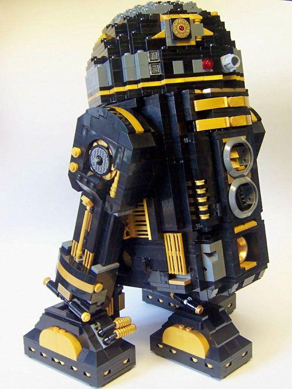 A l'occasion du salon LEGO Star Wars Days, un certain Matt Armstrong vient de concevoir R2-Pi la version Noir et Or du droid R2D2. En moins de quatre jours, ce fans de Star Wars a réussi l'impossible en créant à partir de 2000 briques LEGO un modèle unique du robot R2D2.   Vous aussi, vous pouvez vous lancer dans cette aventure, en vous procurant le kit 10225. Le reste vous le trouverez forcément dans votre collection LEGO. source