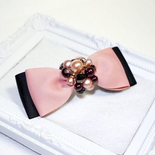 リボンにパールとビーズでキラキラ華やかに大人可愛く仕上げています。アップスタイルやハーフアップ等のヘアアレンジに。お団子ヘアのアクセントにしても可愛いですよ。バレッタだけで留まらないヘアスタイルの時は、細めのヘアゴムで束ねた上から飾りのように留めることをオススメします。●カラー:ピンク×ブラック●サイズ:全長:縦約4cm×横約10cm・バレッタ8cm●素材:グログランリボン・ボタンカットビーズ・パール●注意事項:パールやビーズはしっかりと縫い付けておりますが、無理に引っ張ったりすると破損する恐れがあります。●作家名:Chameleon#リボン #おしゃれで可愛い #リボン #髪飾り #ヘアアイテム #ヘアアクセサリー #清楚 #レディース #大人かわいい #上品 #雑貨 #アレンジヘア #華やか #シンプル #派手すぎない #立体感 #ビジュー #まとめ髪 #ガーリー #ヘッドアクセ #エレガント #成人式 #和服 #入学式 #卒業式 #入園式 #卒園式 #フォーマル #カジュアル #スーツスタイル#結婚式 #ヘアクリップ #バレッタ #ヘアゴム #ハンドメイド…
