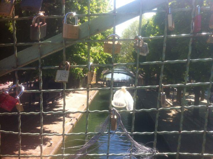 A Belleville, on a trouvé la solution au problème des cadenas du Pont des Arts… http://www.konbini.com/fr/lifestyle/pont-des-arts-cadenas/ ( Pont sur le canal, quai de Jemappes )