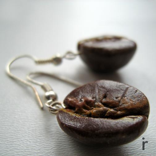 Kolczyki wykonane z modeliny w kształcie ziaren kawy, wielkość 1,5cm (długość wraz z biglem - ok 3,5cm). Lekkie i bardzo oryginalne. Dla wszystkich miłośniczek kawy :)