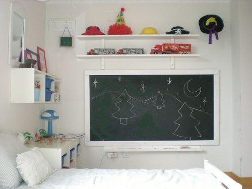 pizarra para dibujo en el dormitorio de los niños