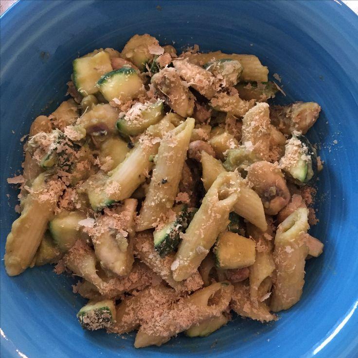 Half blikje Doperwten blenden met water, knoflookpoeder, zout & peper. Halve Courgette en half bakje champignons roerbakken, 65 gr pasta koken, daarna alles mixen
