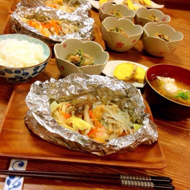 今日の晩ご飯✩⃛ *鮭のホイル焼き(味噌バター) *友達から頂いた水菜で豚肉と生姜入れてはりはり煮 *ご近所さんから頂いた安納芋で蒸かし芋 *えのきと卵の吸い物 - 12件のもぐもぐ - 息子のリクエスト、鮭のホイル焼き! by *Haruna*