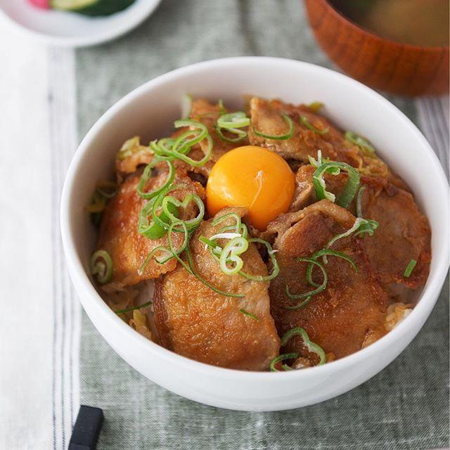 甘辛ダレでこんがり焼き上げた豚肉を、アツアツごはんの上に敷きつめて♪今夜のおうちごはんは食べ応え抜群、つゆだくのスタミナ豚丼に決まり! ・ ・ 【作り方(2人分)】 ①豚肉(ロースうす切り 8枚)は筋切りし、長(白)ねぎ(1本)は白い部分は斜め切り、青い部分は小口切りにする。 ②フライパンにごま油(大さじ1強)を熱し、①の豚肉に小麦粉をまぶし、両面をこんがりと焼く。 ③豚肉をフライパンの脇に寄せ、あいたところに長(白)ねぎの白い部分を入れ、焼き色がつくまで炒める。 ④酒(大さじ4)、みりん(大さじ2)、しょうゆ(大さじ2)、鶏がらスープの素(小さじ1/2)、にんにく(すりおろし 小さじ2)を混ぜ合わせて③に加え、中火で炒める。 ⑤器にごはんを盛り、その上に④を盛り付け、卵黄を中央にのせ、小口切りにした長(白)ねぎの青い部分を散らす。 ・ ・ ・ #豚丼 #スタミナ豚丼 #スタミナ丼 #甘辛ダレ #つゆだく #卵のせ #肉 #肉料理 #豚肉 #豚ロース #ポーク #丼 #どんぶり #レシピ #おうちごはん #デリスタグラマー #クッキングラム #イオン #AEON…