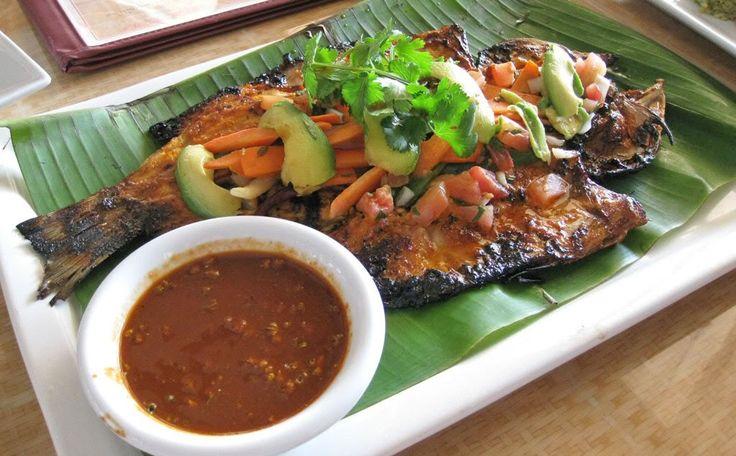 Ingredientes: 1 huachinango de aproximadamente 2 ½ kgs 6 chiles guajillos desvenados ½ cebolla 1 pizca de orégano 2 dientes de ajo Mantequilla Sal y pimien