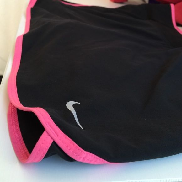 Nike tennis skort Worn once. Really comfortable and stays dry. Nike Pants