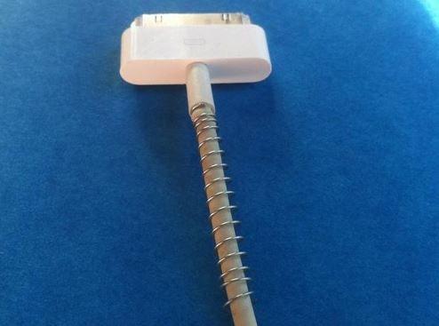Med en fjäder från en gammal penna kommer inte kabeln böjas och gå av.